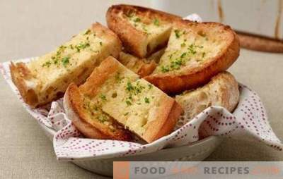White bread croutons - for breakfast or for dessert. Recipes toast of white bread in Spanish and Welsh, with cheese, scrambled eggs, bananas