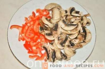 Pizza with Chicken, Mushrooms and Peppers