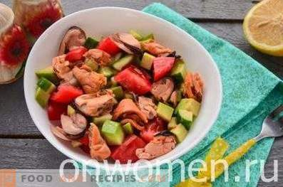 Salad with mussels and avocado
