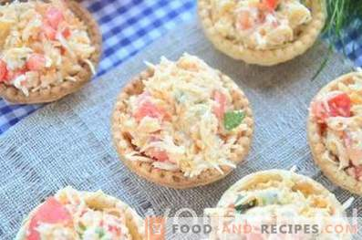 Tartlets with cheese, tomatoes and eggs
