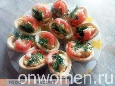 Tartlets with shrimps, crab sticks and cheese
