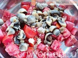 Salad with mushrooms, tomatoes and crackers
