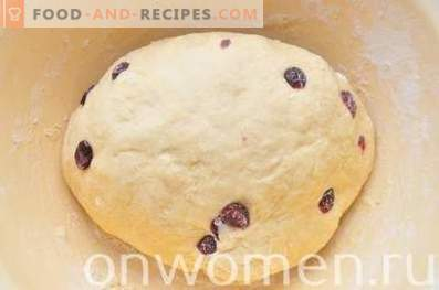 Easter cake with condensed milk with cranberries