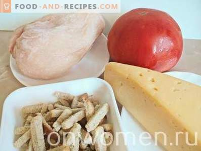Salad with chicken, cheese, tomatoes and crackers