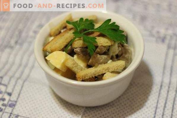 Salad with meat, mushrooms and crackers