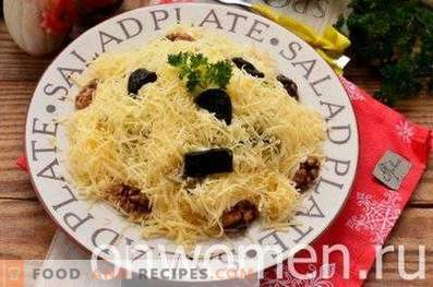 Salads with chicken, prunes and walnuts