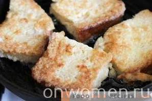 Croutons with cheese and egg in a pan