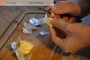 How to quickly peel the garlic