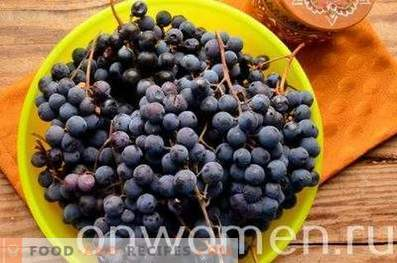 Compote of blue grapes for the winter