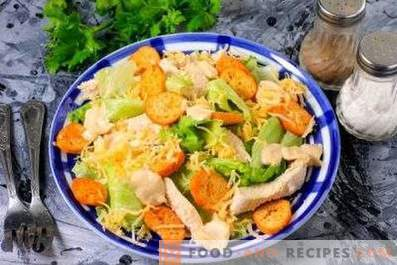 Salads with chicken and crackers