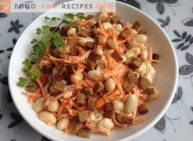 Salads with crackers and beans